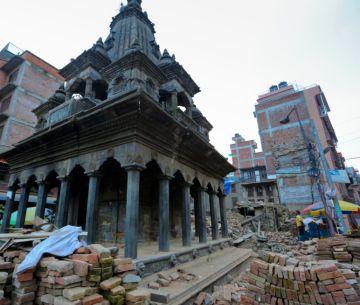 Templo hindú semidestruido tras el terremoto de Nepal de 2015.