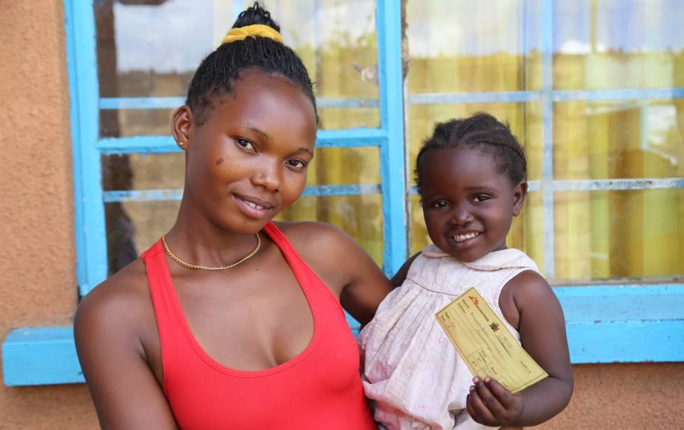 Mathilda va a la vacunación con su hija Edna, que acaba de cumplir los tres años.
