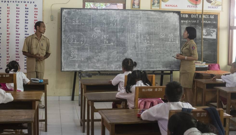 Wisnu Giri (izquierda) es el coordinador pedagógico en 'SD Negeri 2', el colegio inclusivo de Benjkala, al norte de Bali. En la imagen, imparte una clase de Matemáticas en abril de 2016.