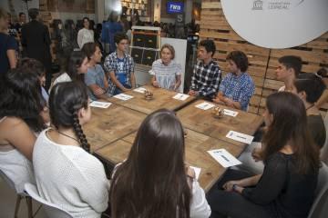 Eva Cerezo conversa con un grupo de alumnos de Informática.