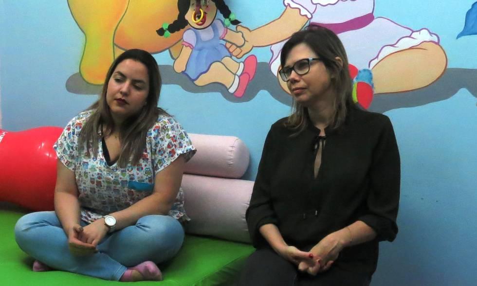 La doctora Adriana Melo (derecha), junto con Jeime Leal, una fisioterapeuta, en el Ambulatorio.