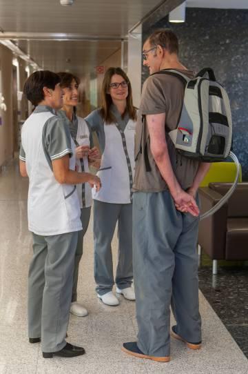 Óscar, con la mochila en la que lleva su corazón artificial completo, que pesa siete kilos.